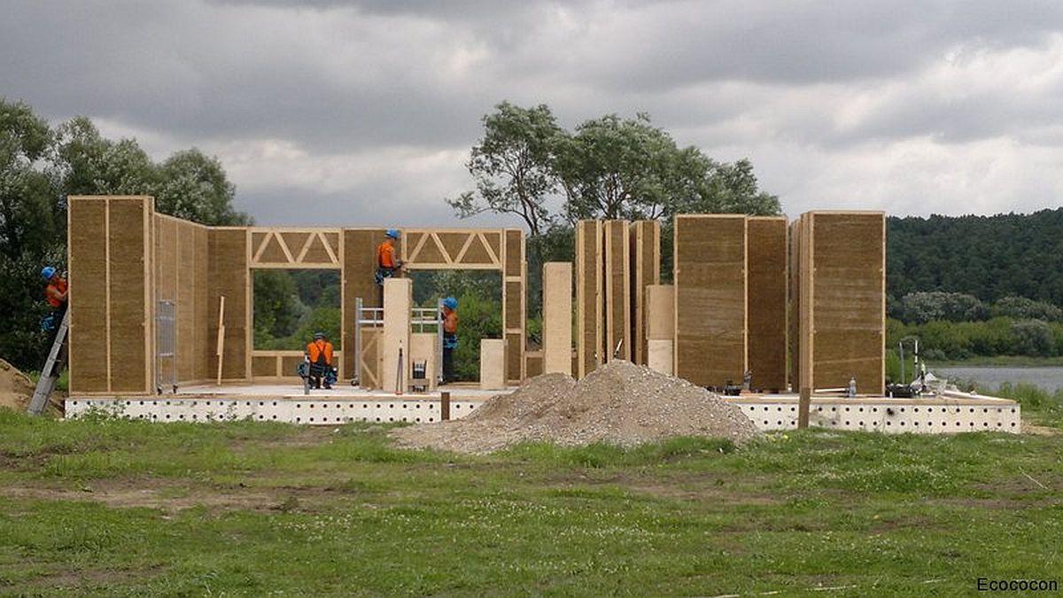 Pentru construcția unei case din panouri cu paie este nevoie de o fundație tipică pentru construcții ușoare. Panourile vin gata fabricate de la producător și se ansamblează conform unui model 3D prestabilit pe baza proiectului făcut de arhitectul pe care-l angajați să vă proiecteze locuința.