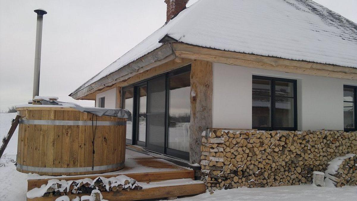 Faptul că producătorul sistemului de case cu panouri din paie Ecococon este lituanian, garantează rezistența acestor tipuri de case în climă temperată cu ierni aspre. Producătorul garantează faptul că într-o astfel de casă nu e nevoie de încplzire mai mult de patru luni pe an (noiembrie - februarie) pentru că sistemul asigură o excelentă izolare termică.