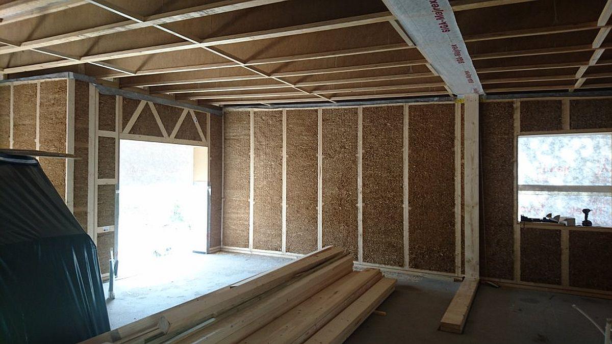 Casa din panouri de paie în primul stadiu de ridicare al construcției, fără finisaje și instalații trase. Instalațiile sunt configurate a fi trasate prin panouri, conform proiectului.