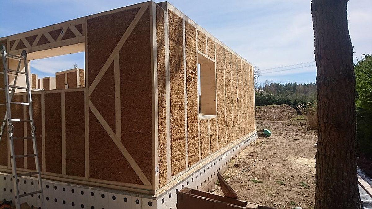 Panourile cu paie se ansamblează modular și sunt prinse ăntre ele, lemnul în care sunt compactate paiele având rol structural.