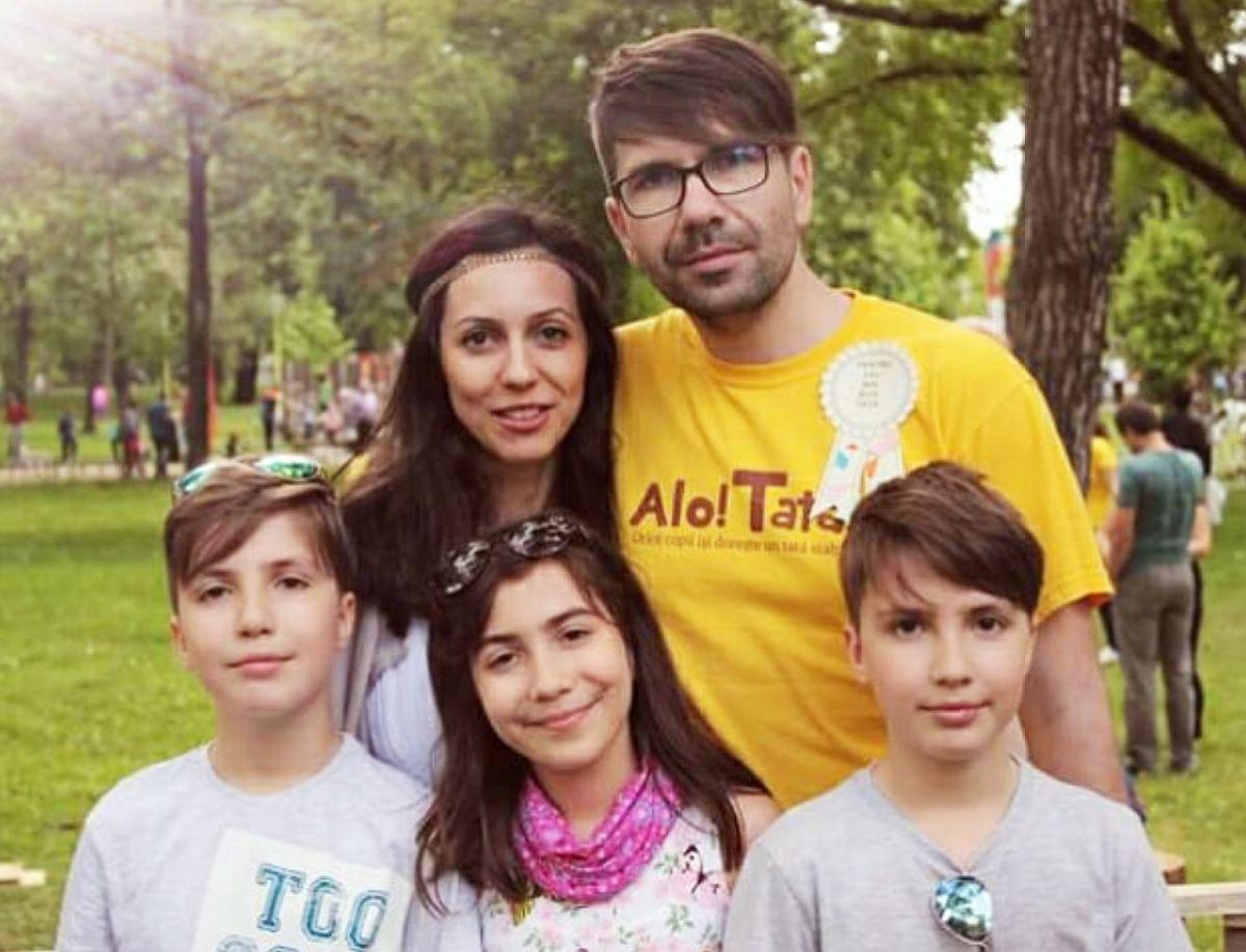 Designerul Mihai Caraghiaur altături de familia sa.