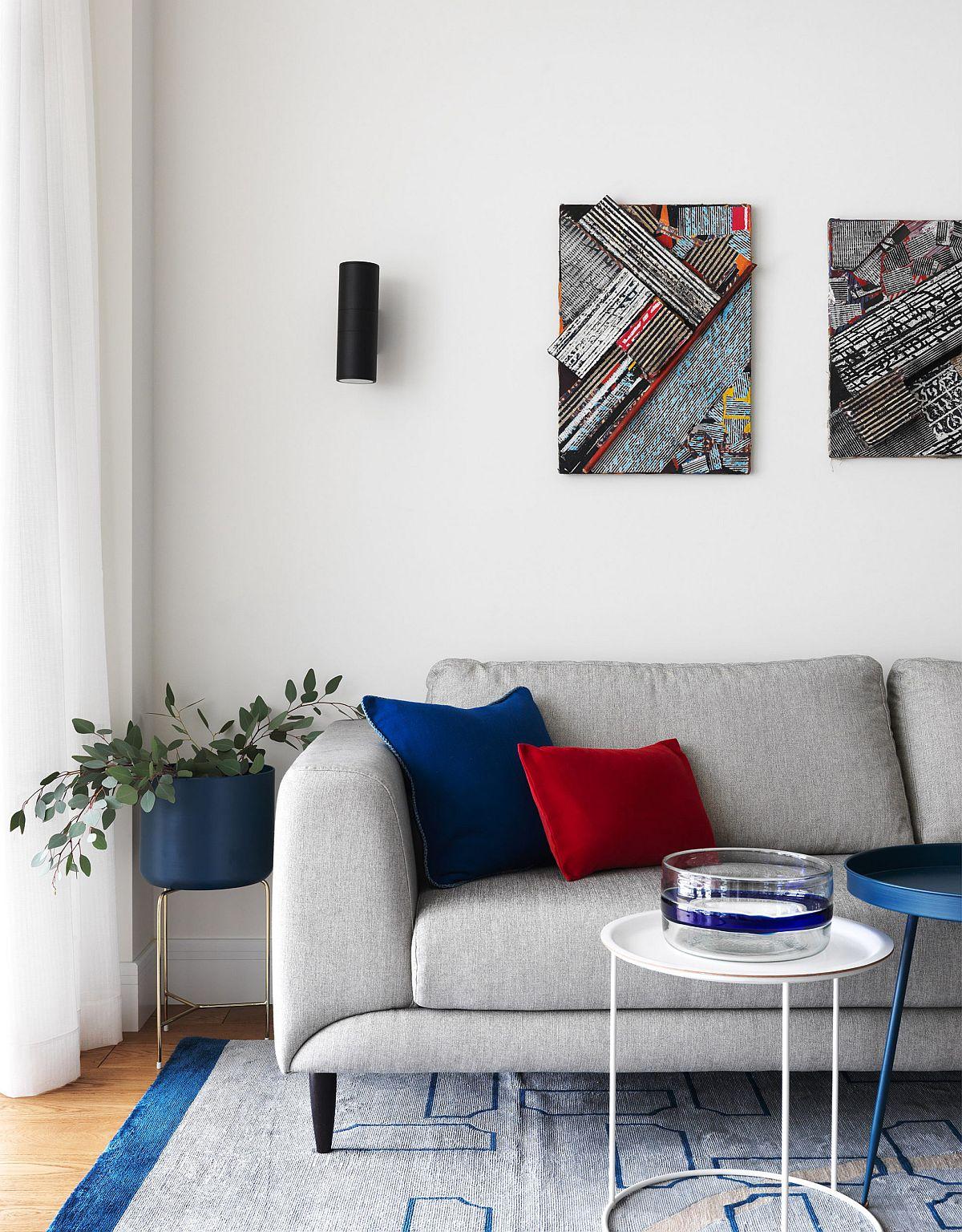 Separarea cu perdea este și între zona de canapea din living și cea de relaxare situată în fața ferestrei livingului. Astfel, cu ajutorul țesăturilor vaporoase, delimitările sunt mobile, dar materialele conferă și o textură și un volum delicat în locuință.
