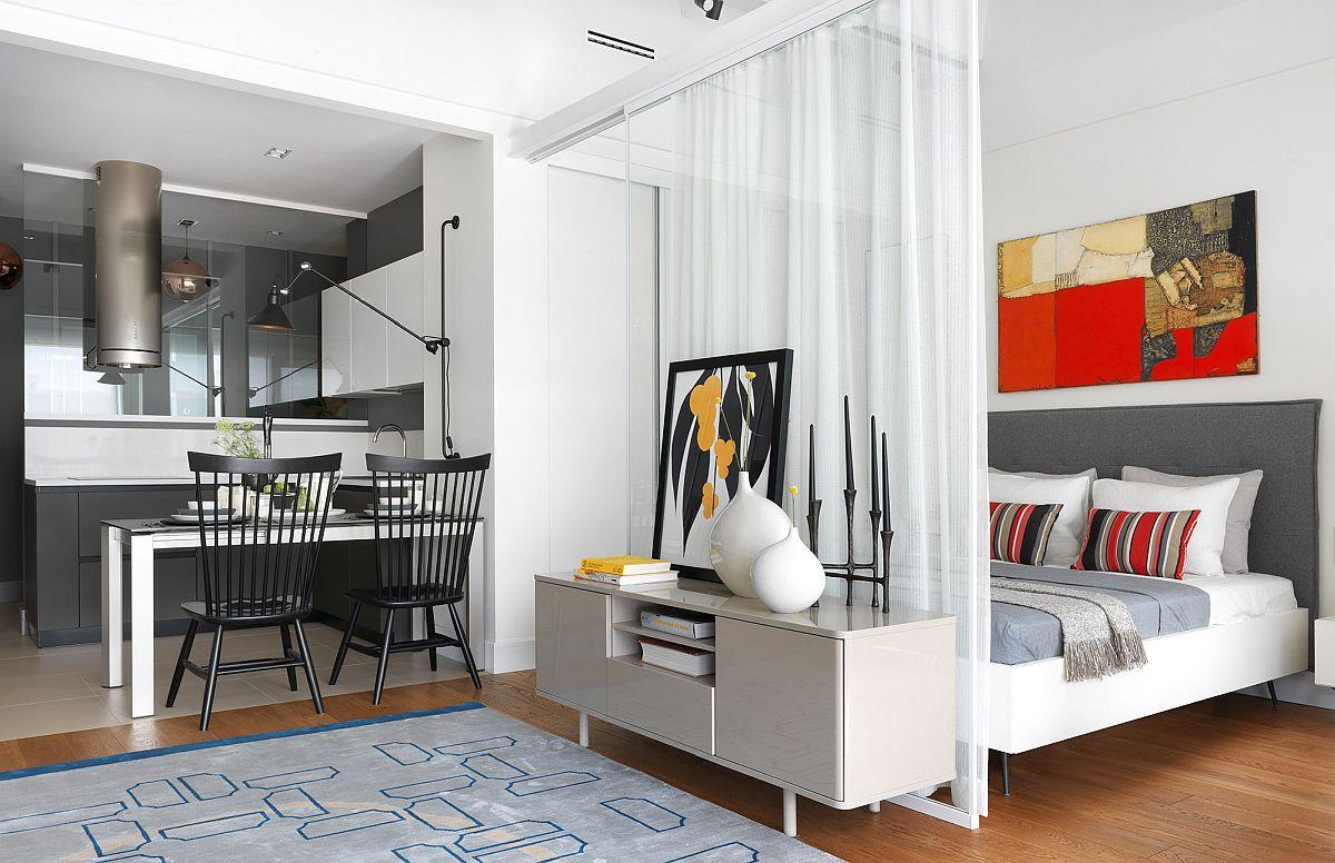Între bucătărie și cameră este poziționat locul de luat masa. Între living și dormitor există un panou de sticlă pe lățimea patului.