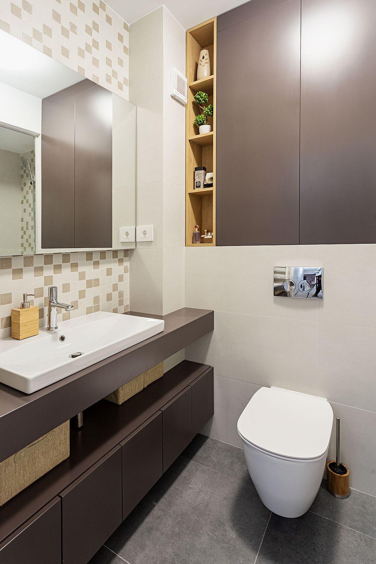 Baia mai mare are mobilier integrat deasupra rezervorului îngropat al vasului de toaletă, de asemenea mobilierul ce înglobează lavoarul a fost gîndit cu spații de depozitare închise în partea de jos și deschise sub lavoar. Astfel, s-a obținut maximum de loc de dezpozitare într-o baie de circa 3,9 mp.