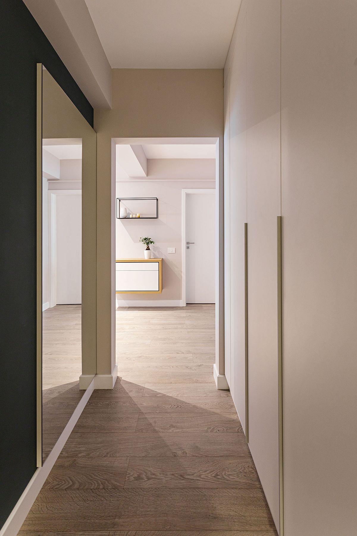 Holul către dormitoare a fost folosit ca și spațiu de dezpozitare, având în vedere faptul că dormitoarele nu sunt foarte generoase ca și dimensiuni. Întregul mobilier a fost realizat pe comandă, după proiectul arhitecților, la firma orădeana Saramob.