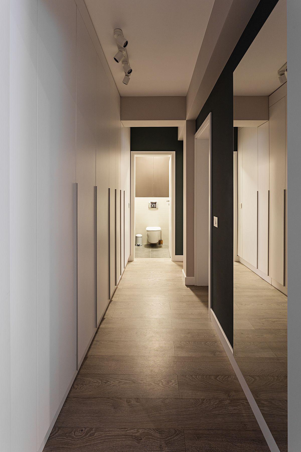 Pentru mai multă funcționalitate, dulapurile din hol au în partea de jos o plintă restrasă, iar ușile dulapurilor au mînere aplicate pentru ca aspectul final să fie similar unei placări.