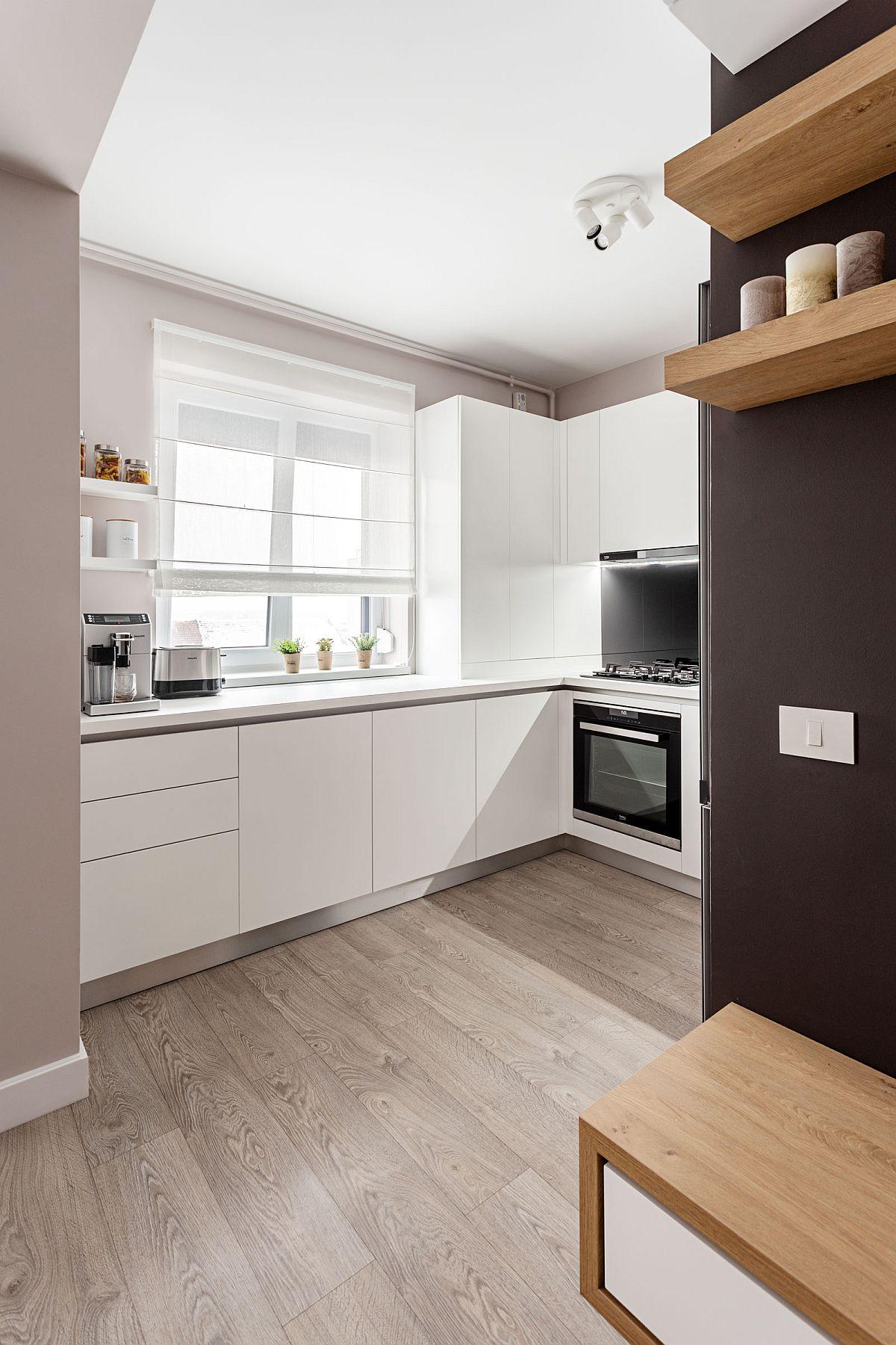 Pentru ca ansamblul zonei de zi să fie cât mai armonios, arhitecții au prevăzut același tip de pardoseală peste tot, adică parchet înclusiv în bucătărie.