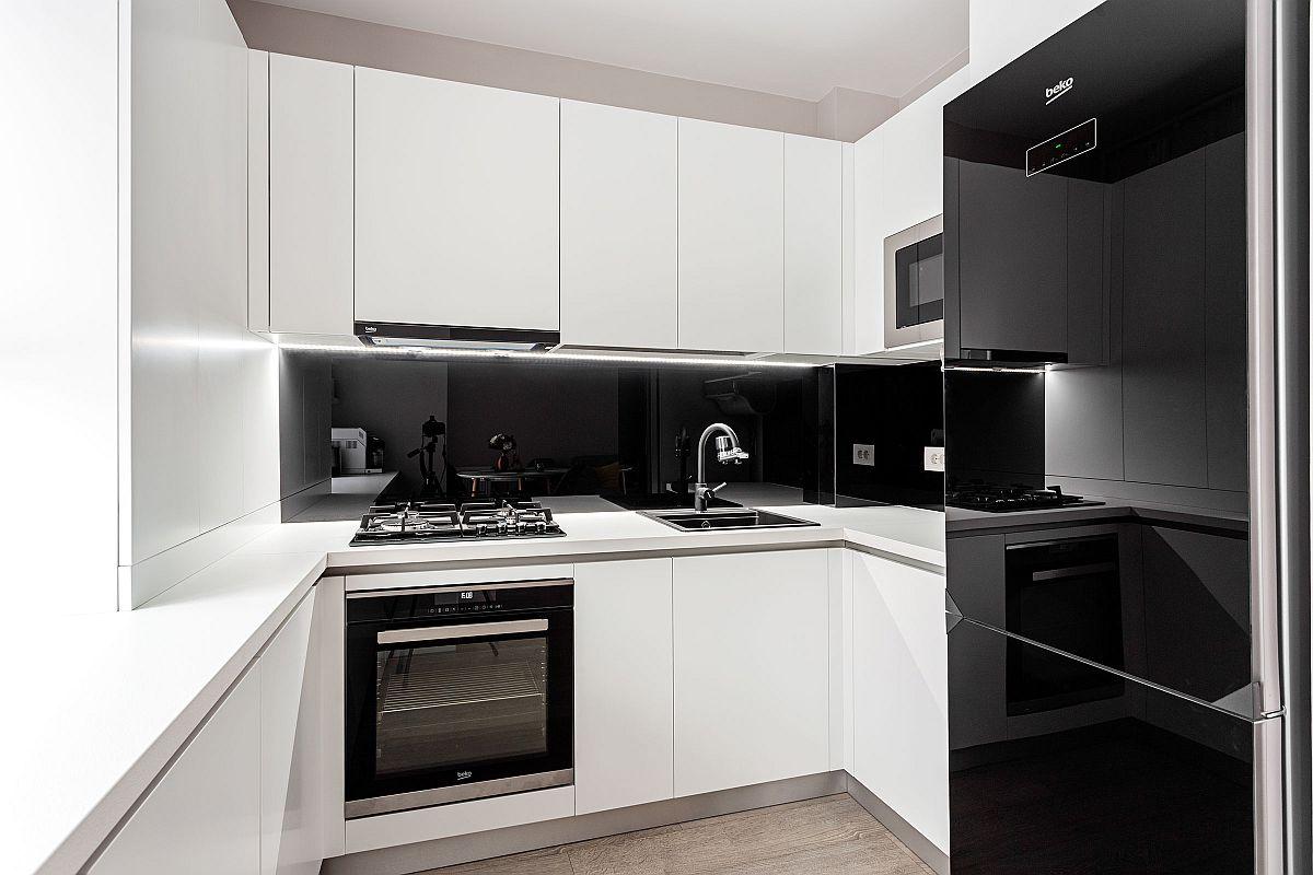 Blatul de lucru din bucătărie este minimal, ca atare arhitecții au avut în vedere dispunerea dotărilor astfel ca lucrul ăn bucătărie să fie cât mai eficient. Pentru ca aspectul bucătăriei să fie cât mai curat, ordonat, în locul faianței s-a placat cu panouri termorezistente, folosite de regulă ca blaturi.