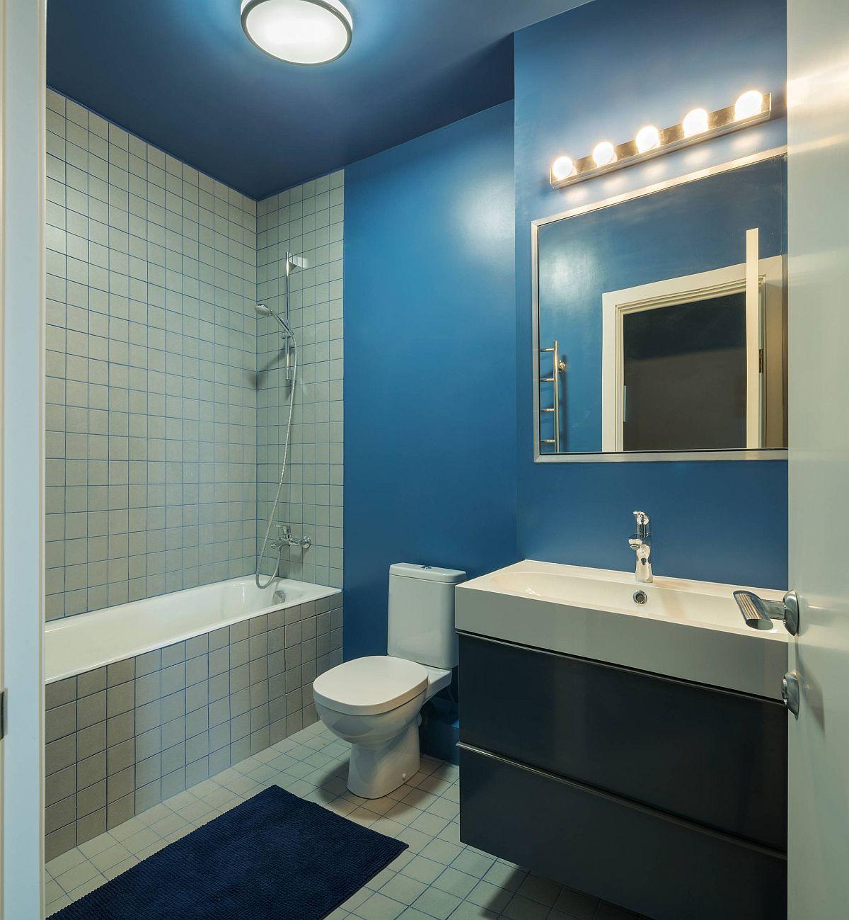 Baia este simplu amenajată și cu fainață doar în zona căzii, în rest atât plafonul, cât și pereți au fost vopsiți cu vopsea lavabilă pentru spații umede.