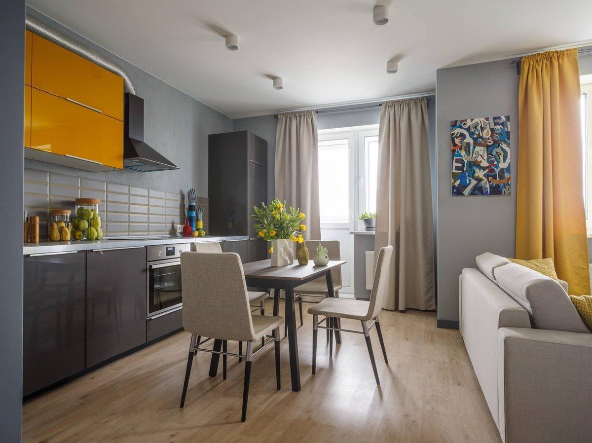 La intrarea în locuință prima funcțiune care se vede este locul de masă, ceea ce conferă din start garsonierei un aer primitor, ospitalier.