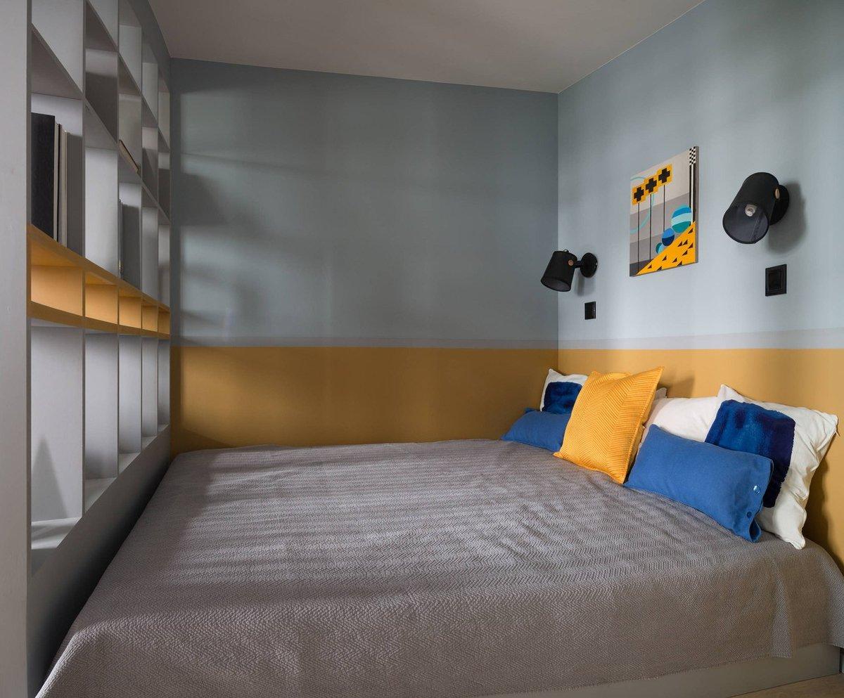 Patul a fost așezat cu latura lunigimii la perete, compromisul necesar pentru ca într-o locuință mică să beneficiezi de un pat dublu.
