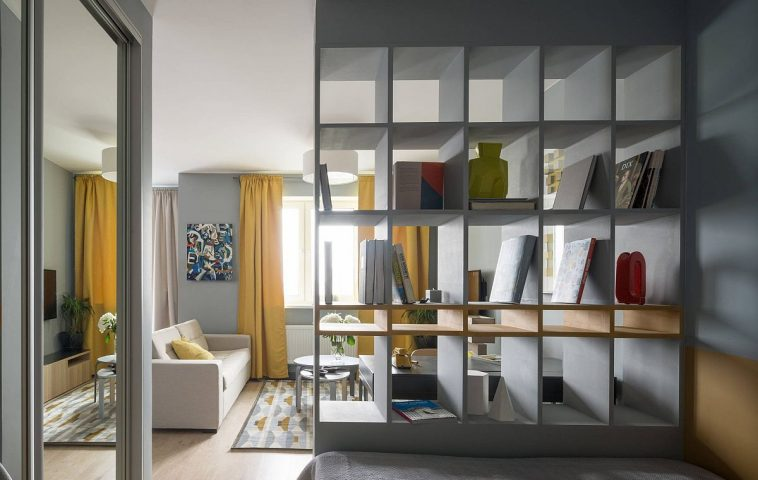 Din locul de odihnă se vede lumina naturală, ceea este important. De asemenea această poziționare a patului a permis configurarea unui dulap generos. Ușile dulapului încastrat sunt culisante și au pe față oglinzi, care reflectă lumina naturală și alungă senzația de claustrofobie din zona patului.