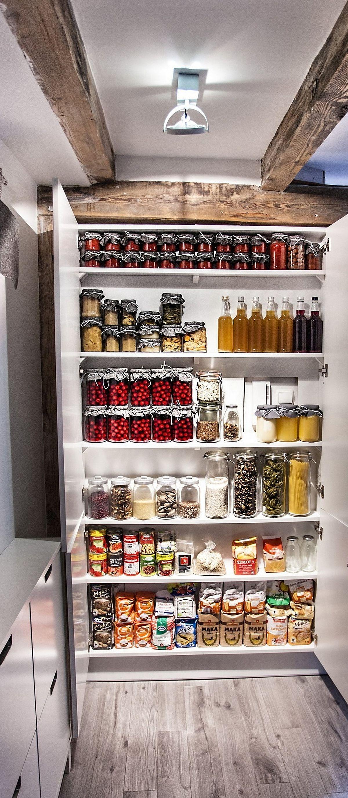 Proprietarii și-au dorit neapărat un loc de cămară, așa că acesta a fost configurat în holul de la intrare, dar aproape de bucătărie. Rafturile cu adâncime mică de circa 15 cm sunt folosite pentru borcane și alimente de bază.