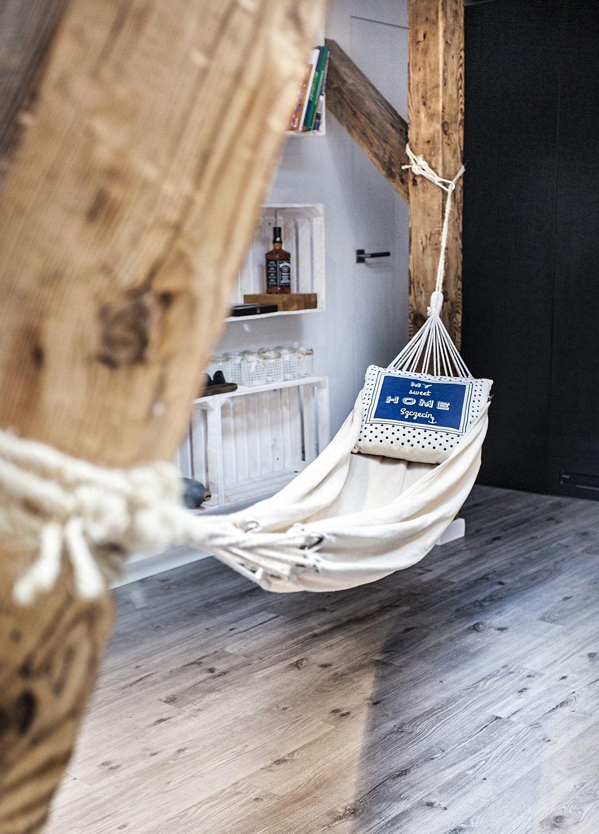 În fața rafturilor, din când în când, proprietarii desfășoară un hamac pentru a se relaxa și a citi. Pentru hamac au fost fixate inele în bârnele de susținere ale acoperișului.