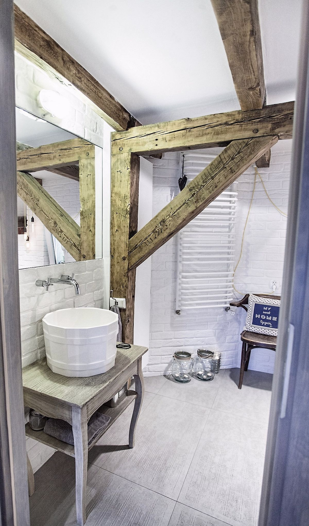 Camera de baie are o înălțime diferită din zonele cheie, dar arhitectul a avut grijă să prevadă locul de lavoar în partea cea mai înaltă, acolo unde nu există pericolul accidentărilor de genul să dai cu capul de grindă.