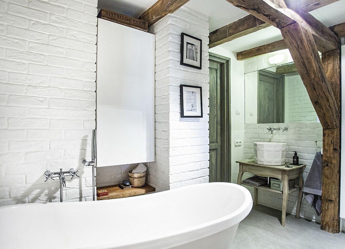 Proprietarii și-au dorit neapărat o cadă în loc de duș în baie. Cea mai mare problemă a fost transportul ei la mansardă, deoarece a fost și grea (120 kg), dar și voluminoasă. Pentru ă acest aspect referitor la cadă era cunoscut încă din faza de proiect, spațiul băii a fost primul configurat și finisat, înainte de montajul ușilor interioare și de realizarea compartimentărilor din restul locuinței.