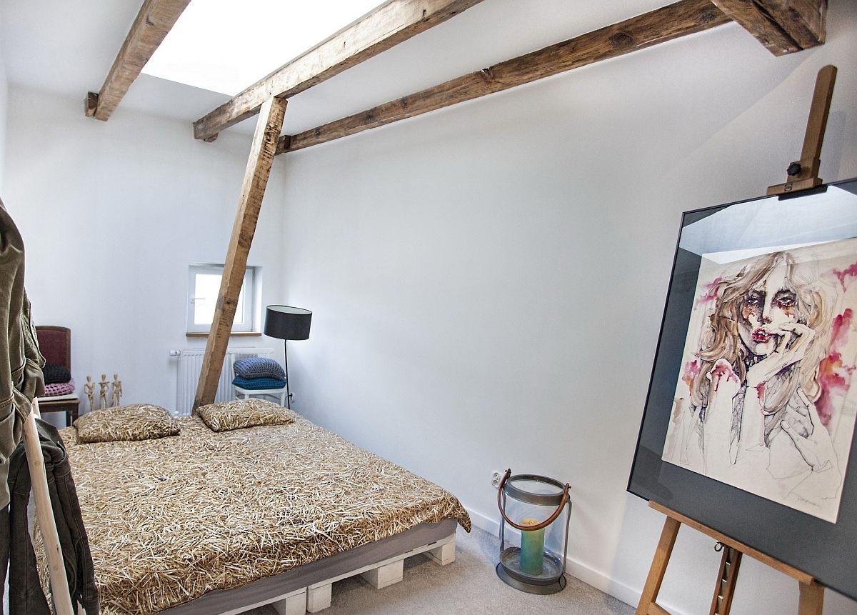 Dormitorul beneficiază de lumină naturală atât de la nivelul micii ferestre, cât și prin intermediul luminatorului configurat în plafon.