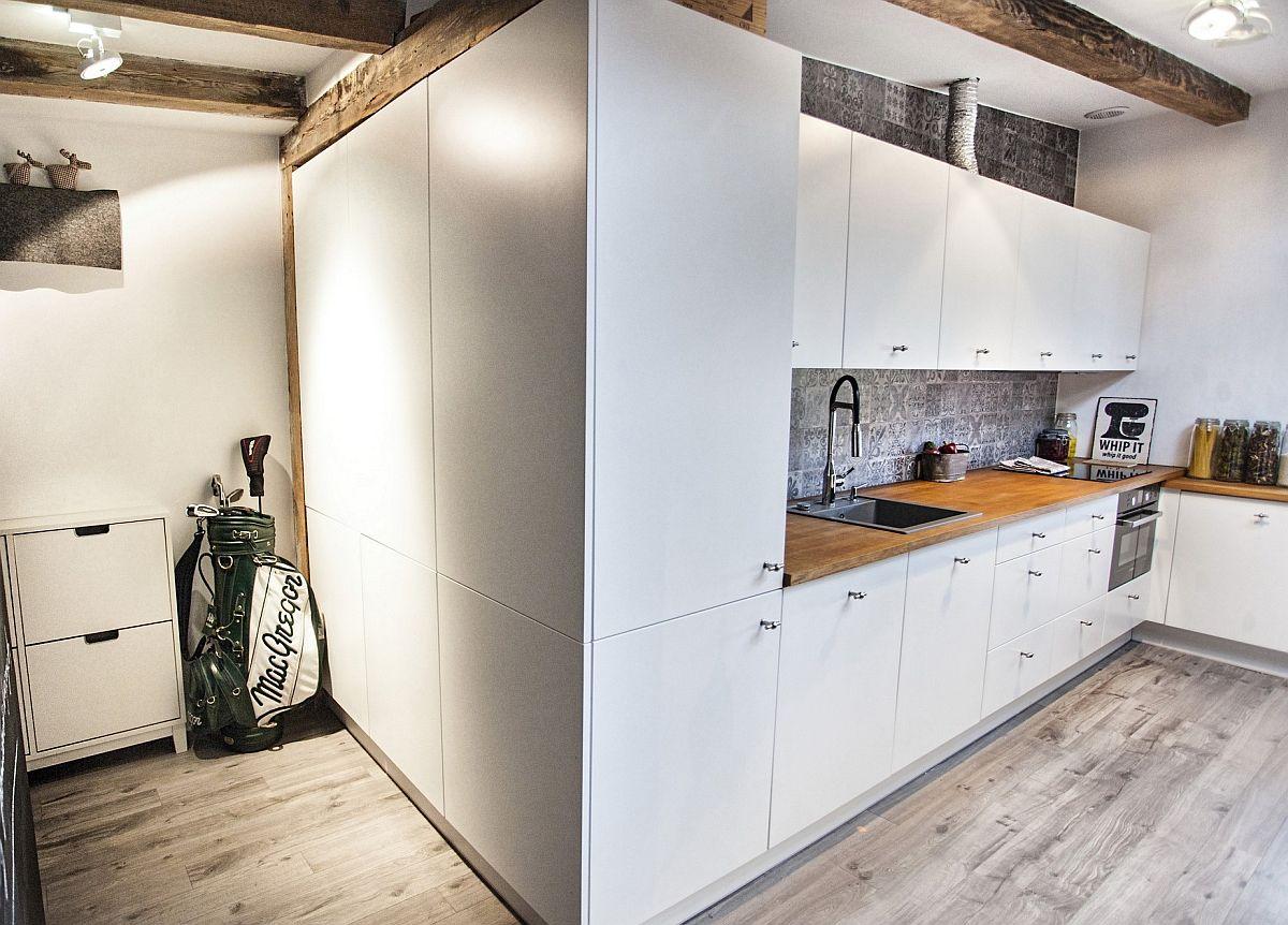 Intrarea în locuință se face prin intermediul unui mic hol seaparat față de bucătărie cu mobilier la fel ca și față de cameră. În hol se află o mică comodă-pantofar, dar în rest dulapurile au alte funcțiuni.