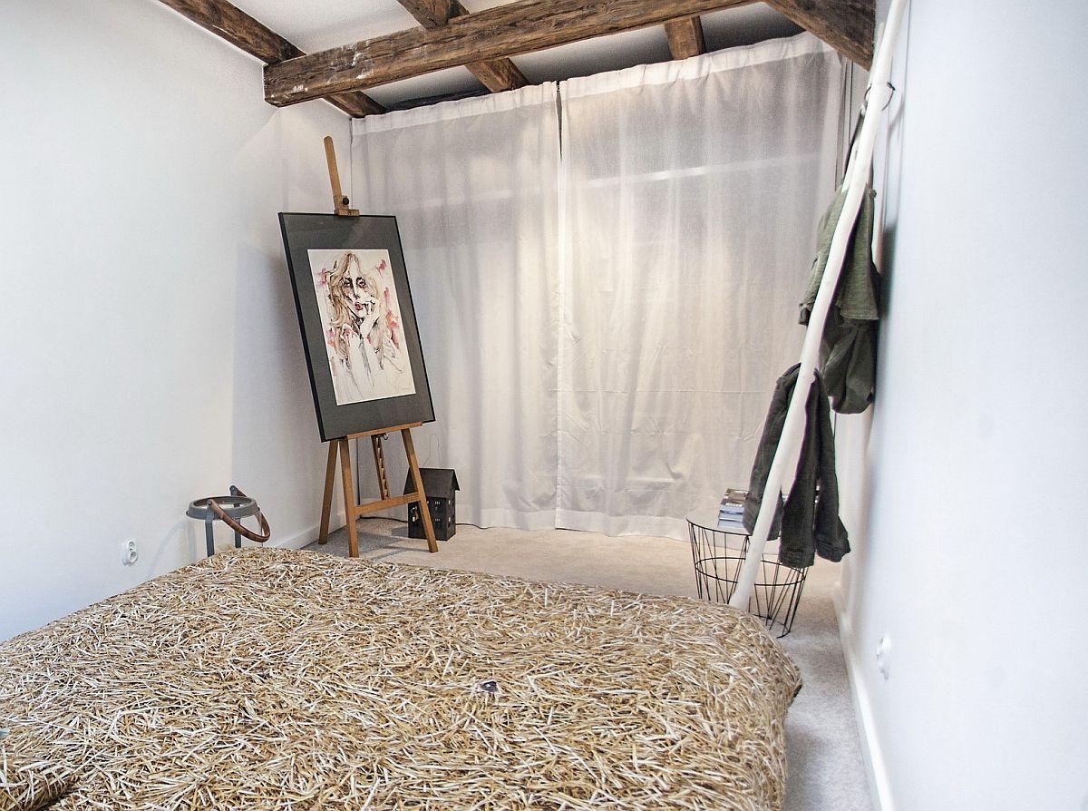 Spațiul mic din domritor a fost folosit la maximum, așa că în locul unui dulap cu uși pline, au fost montate rafturi și sisteme pentru umerașe, dar mascate cu simple perdele.