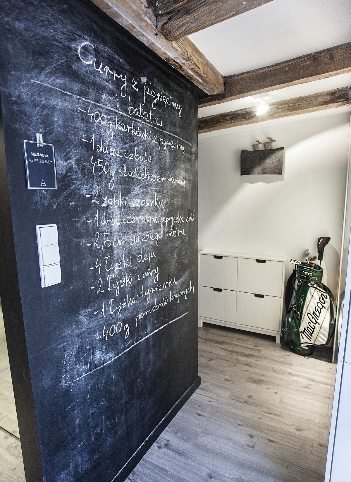 Pe peretele opus dulapurilor cămării, tot din zona de acces dinspre hol, peretele a fost vopsit cu vopsea efect de tablă, fiind folosit pentru mesaje, dar și rețete de bucătărie. În saptele acestui perete sunt alte dulapuri de depozitare, dar de această dată cu oglinzi, unde sunt mascate centrala termică, mașina de spălat rufe, locul pentru aspirator, mop, dar și spațiu de depozitare haine.