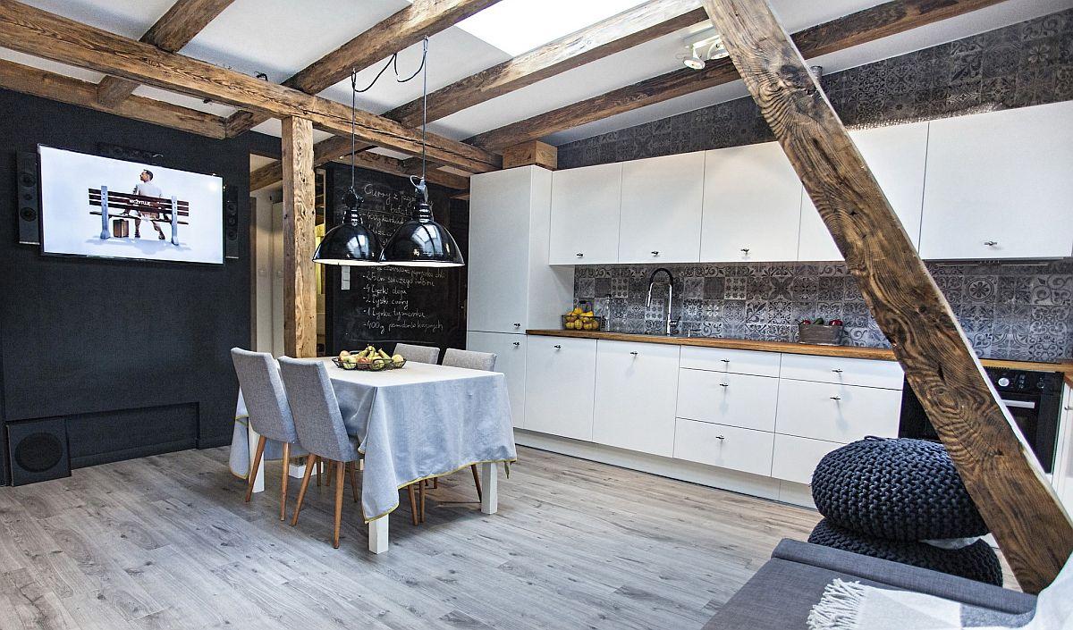 Televizorul este poziționat în spațiul de zi astfel încât ecranul să fie vizibil atât de pe canapea, cât și din zona bucătăriei.