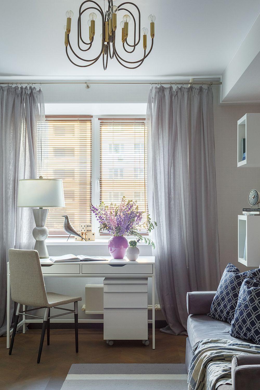 Camera fetei este separată și amenajată în tonuri feminine. Biroul poziționat în fața ferestrei încadrată de perdele conferă un aer ordonat, simetric camerei. Corpul de iluminat central este de la Favourite.