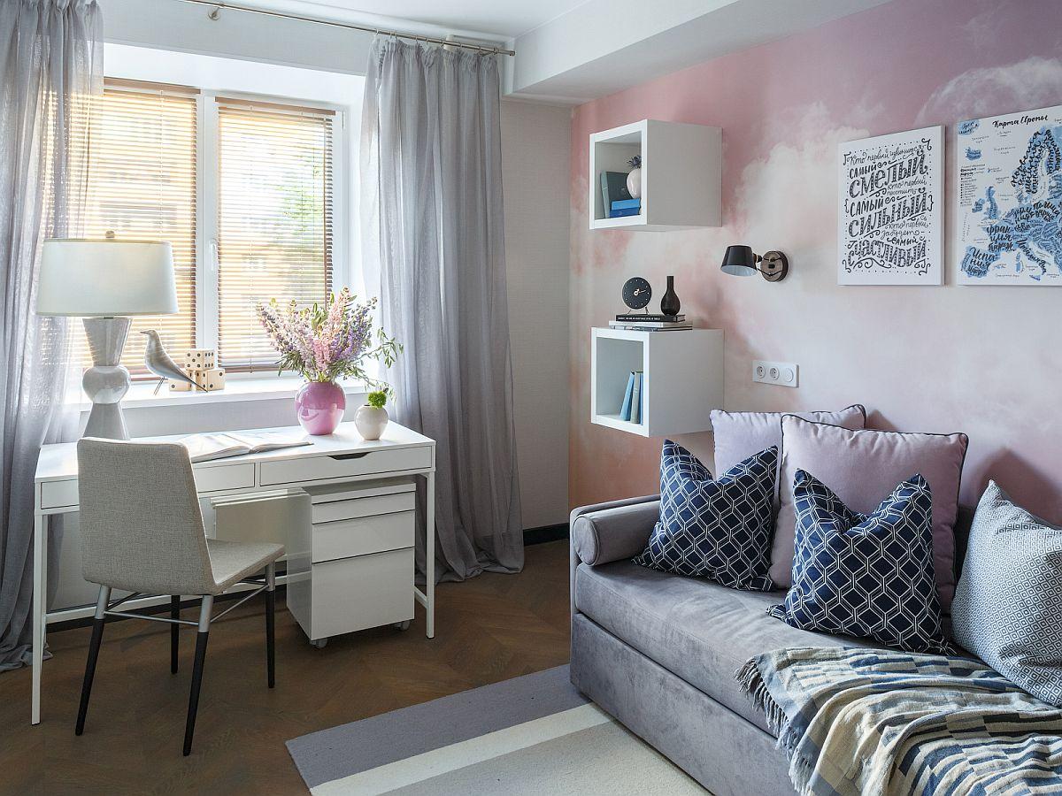 Mobila de birou și rafturile sunt de la IKEA, iar patul este realizat e comandă pentru a arăta cao canapea. În spatele patului peretele este decorat cu un tapet realizat pe comandă.