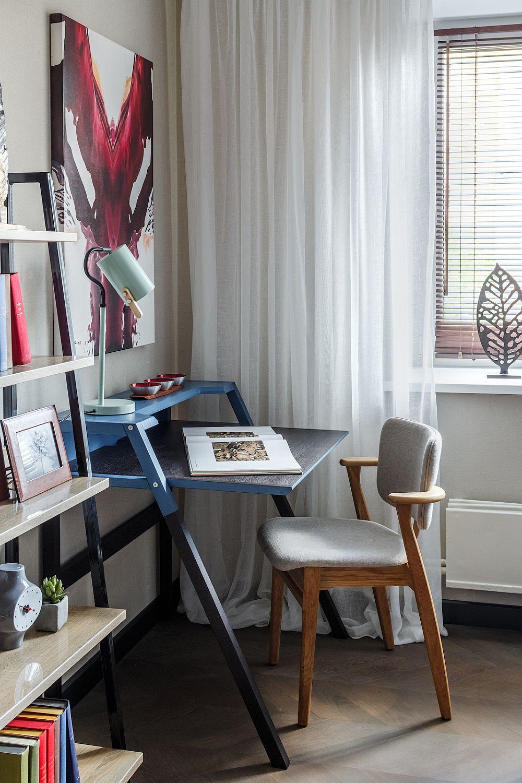 Pentru ca și fiul adolescent să aibă loc de studiu, în fața patului a fost amplasat un birou. Masa este de la IKEA, iar scaunul de la Artek.
