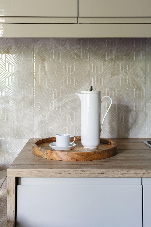 Pe pardoseala bucătăriei, dar și pe pereți, în zona blatului de lucru, este folosită aceeași gresie, dar care se vede diferit în funcție de cum pică lumina pe ea. Are un imprimeu ce seamănă cu piatra naturală, dar și un desen geometric gravat deasupra.