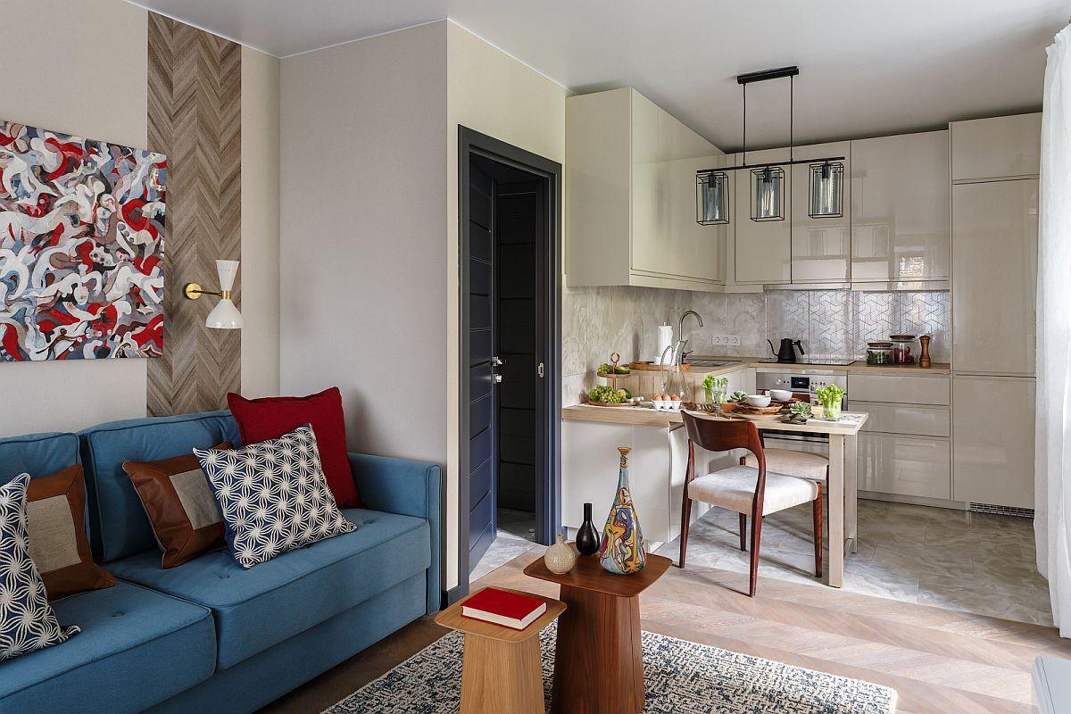 Inițial apartamentul de două camere măsua 53 de mp, dar după desființarea peretelui dintre bucătărie și camera mare s-au mai câștigat circa 2 mp (fosta cămară, o parte din hol folosit). Cele două funcțiuni au fost unite pentru ca în noul spațiu rezultat să existe mai multă lumină naturală, camera mare având o singură fereastră, iar bucătăria o fereastră mai mică, deci două din cele trei ferestre ale apartamentului asigură lumina naturală în noul living deschis.