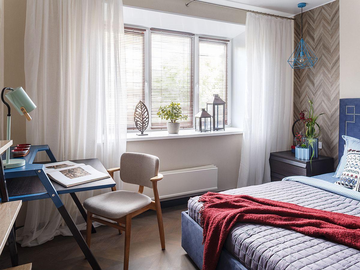 Paravanul ascunde locul pentru pat, dar patul este lipit de acest paravan într-o parte, cealaltă parte, către fereastră fiind lăsată liberă pentru acces. Un compromis necesar într-un spațiu mic.