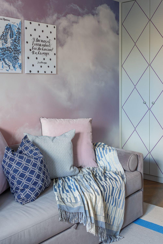 Combinația de griuri, rozuri, tonuri de albastru și alb se regăsește în întreaga cameră a fetei. Dulapul este realizat pe comandă cu uși din MDF pe care e frezat un model cu romburi.