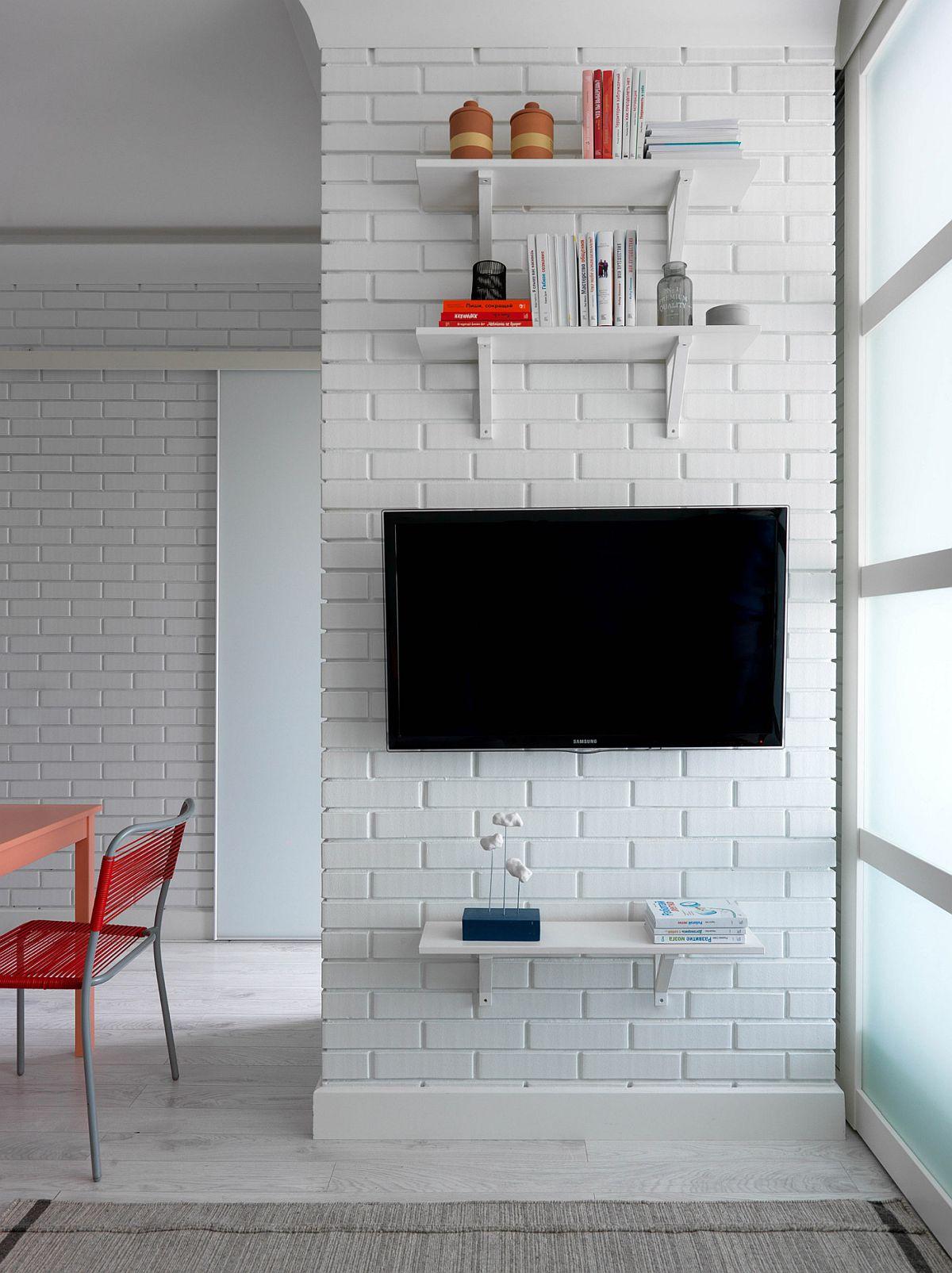 Televizorul este așezat în așa fel încât să poată fi văzut și din dormitor. Mobilarea este absolut mininală, fără contraste față de suprafața pereților.
