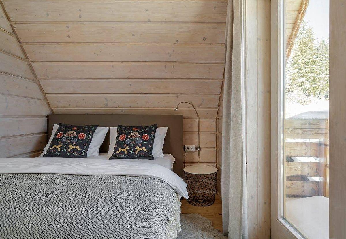 Și într-o cameră mică poate fi acomodat un pat dublu, dar compromisul este ca o latură a lungimii acestuia să fie lipită de perete. Aici lambriurile din lemn dau senzația de căldură, așa că poziționarea patului nu incomodează. Însă priveliștea care se vede pe fereatsra generoasă contează în atmosfera camerei. Da, un secret bine de știut: o cameră mică cu o fereatsră mare nu se va simți ca fiind claustrofobică.