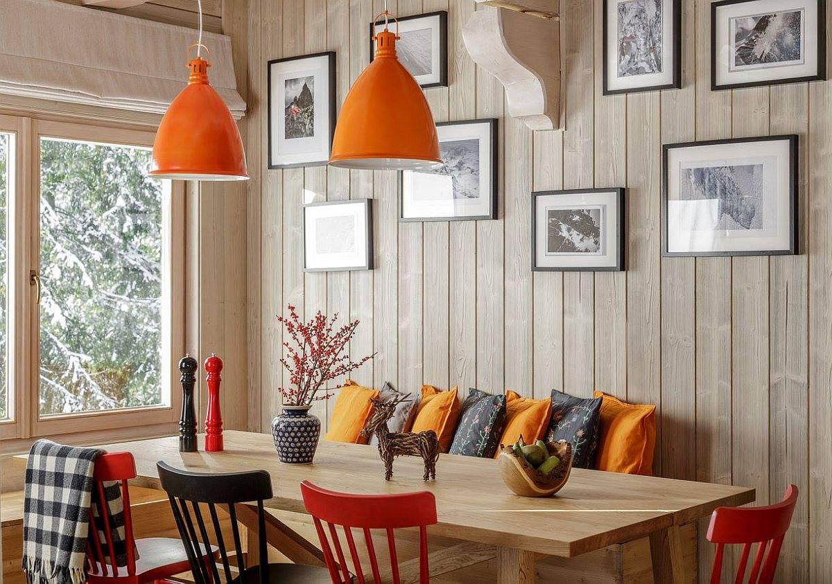 Lambriurile deschise la culoare sunt mult mai ușor de asortat cu obiecte vesele, față de lemnul tratat închis. Ca atare și aici, în zona mesei, atmosfera a fost ușor înviorată prin piese mici, care dau o notă optimistă colțului dedicat locului de luat masa.