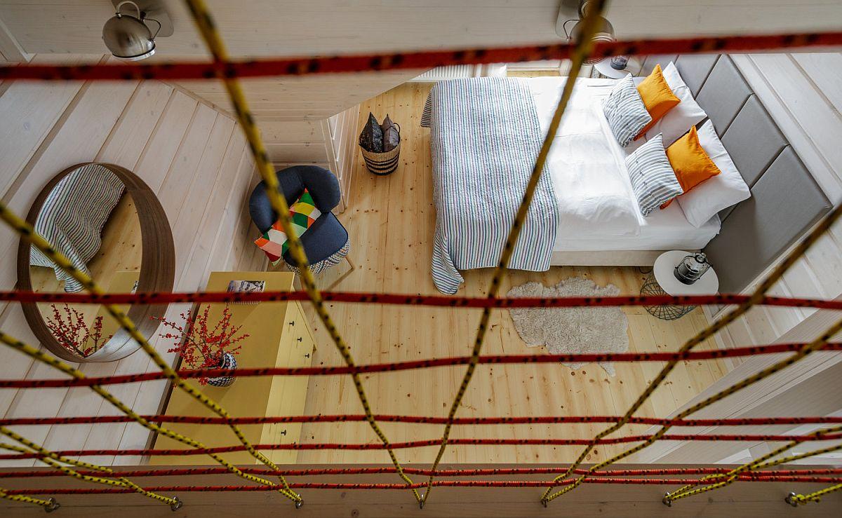 Dormitorul matrimonial beneficiază de un pat cu tăblie tapițată care imprimă senzația de confort, dar aleasă tot în nuanță gri, ușor de întreținut și de asortat.