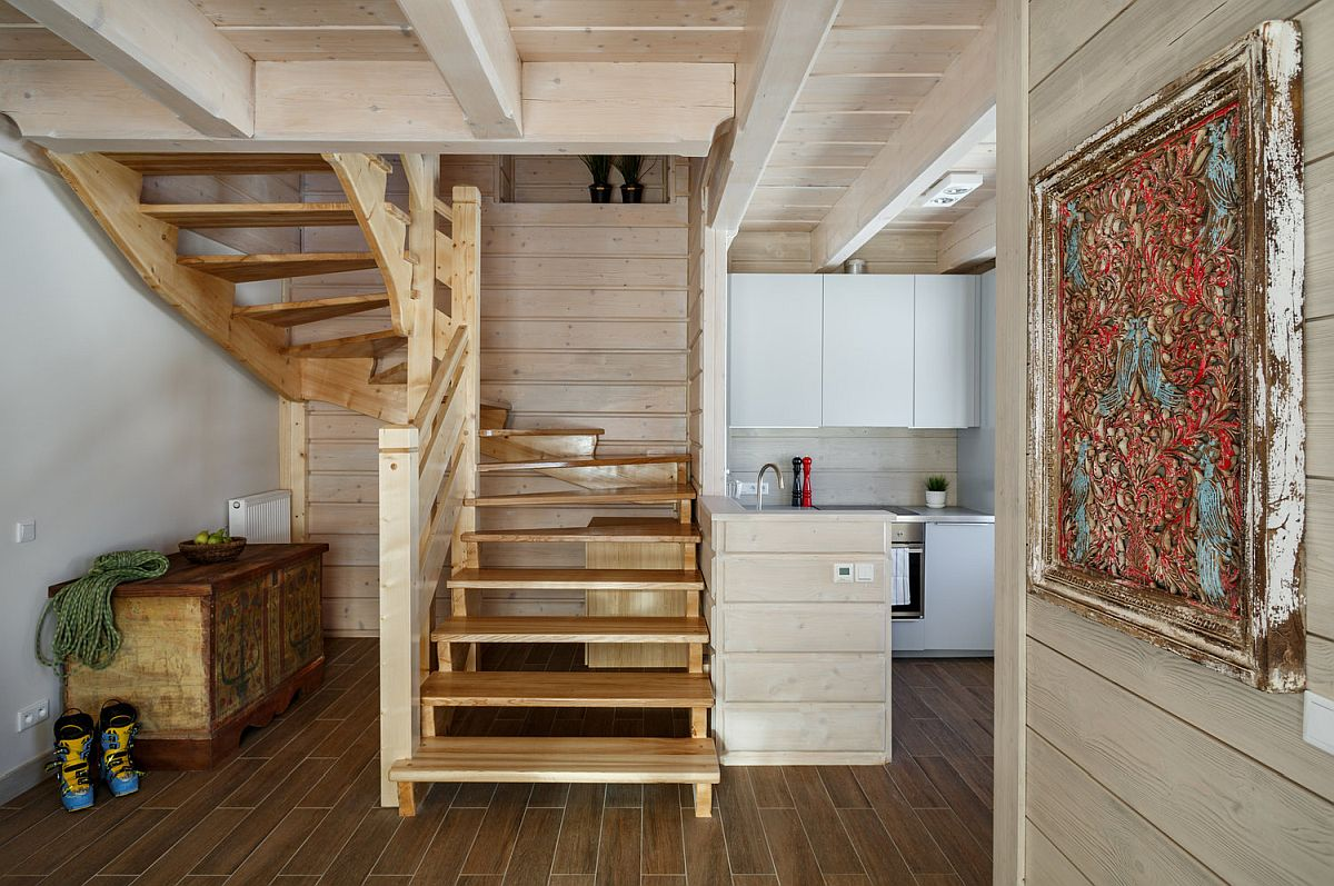 Accesul în apartament se face prin intermediul unei scări interioare din lemn, care se deschide dintr-un hol principal al cabanei. Lângă scara interioară este amenajată mica bucătărie, care este doatată cu toate cele necesare pentru a putea fi folosită pentru gătit.