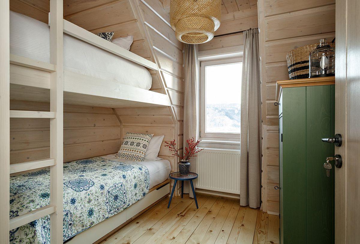 Pentru copii există o cameră cu paturi etajate unde accesntele actuale sunt date prin decorațiunile textile și corpurile de iluminat.