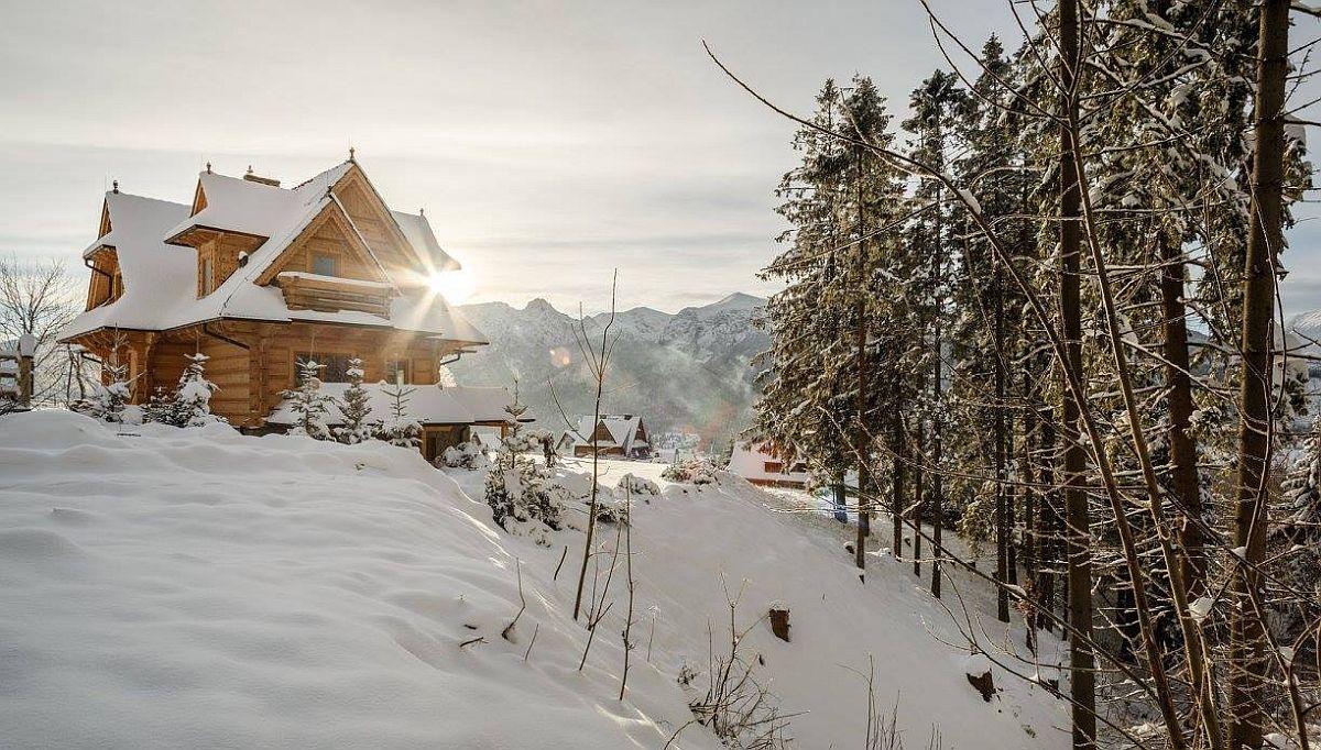 Cabana din lemn are un exterior rustic și a fost ridicată într-o zonă montană cautată de cei care iubesc sporturile de iarnă, dar și drumețiile pe timp de vară. Cabana este în Polonia și are la interior amenajate trei apartamente, fiecare putând găzdui o familie sau grup de până la opt persoane.