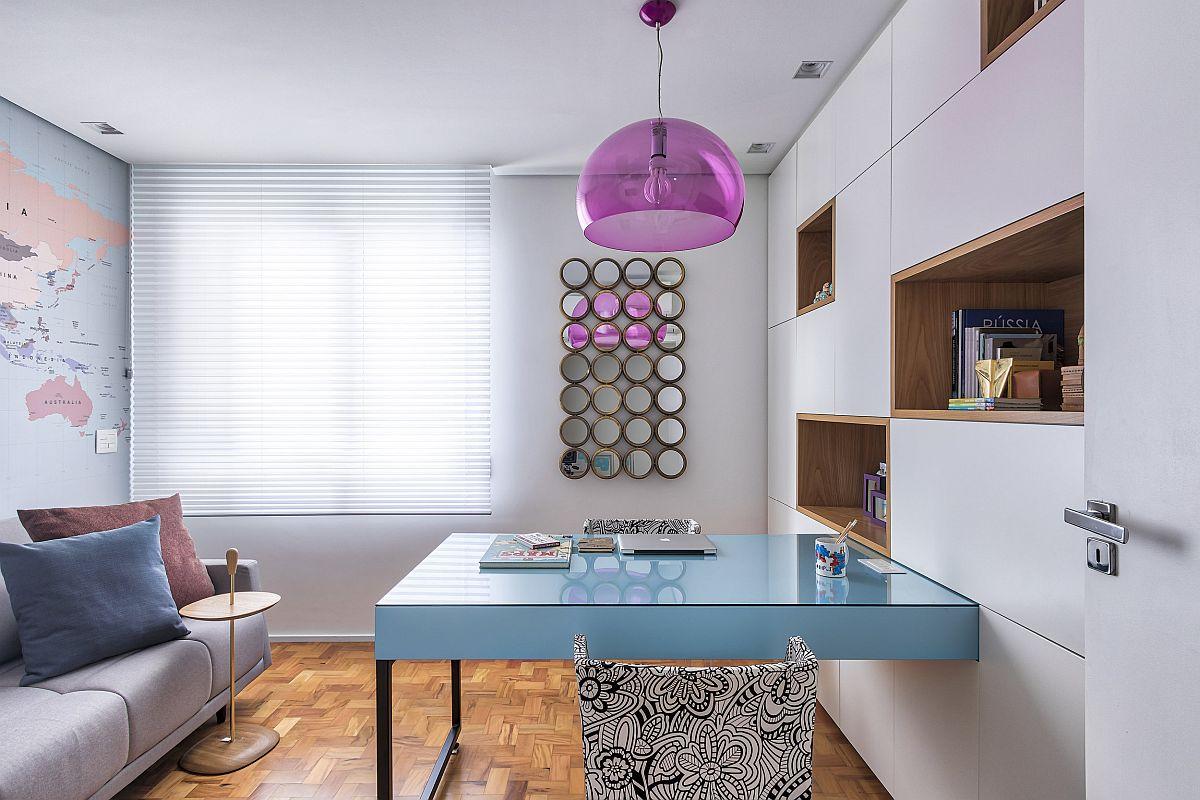 Amplsarea mesei de birou este interesantă, respetiv pe mijlocul camerei. Asta pentru ca în jurul ei să existe suficiente spații de depozitare, dar și ca masa să poată fi folosită concomitent de cître două persoane. Pete de culoare pe suprafețe mici înveselesc încăperea, cum ar fi corpul de iluminat și masa.