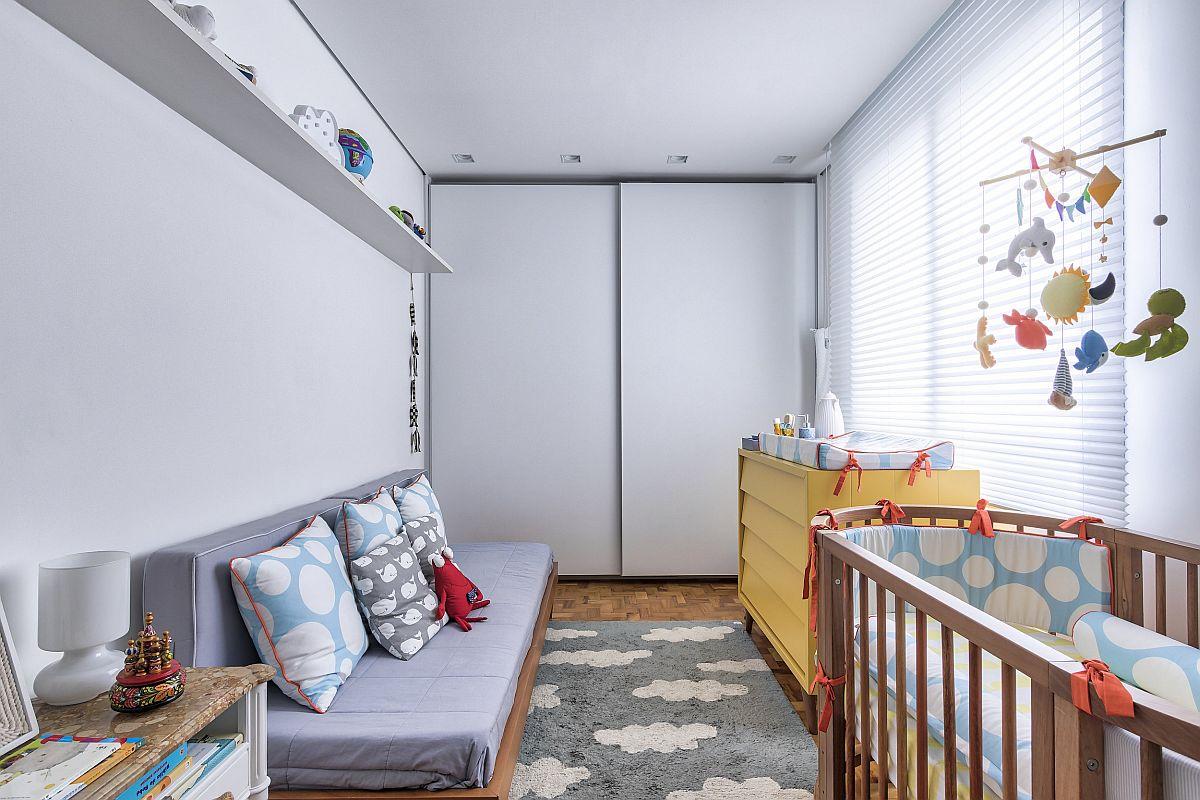 Proprietara și-a dorit o canapea în camera bebelușului pentru a se putea odihni sau dormi alături de cel mic dacă e nevoie pe timpul nopții. Singura piesă de mobilier colorată este comoda, folosită acum și pentru înfășat, dar care ulterior poate fi pentru depozitare. În rest totul simplu. Tema plajei este practic creionată în nuanțe de lemn, alb, gri, iar ca motiv decorativ sunt norișorii prezenți în decorațiuni, în șesăturile fețelor de pernă și în desenul covorului, deci obiecte care s epot schimba repede, fără a fi nevoie de deranj mare.