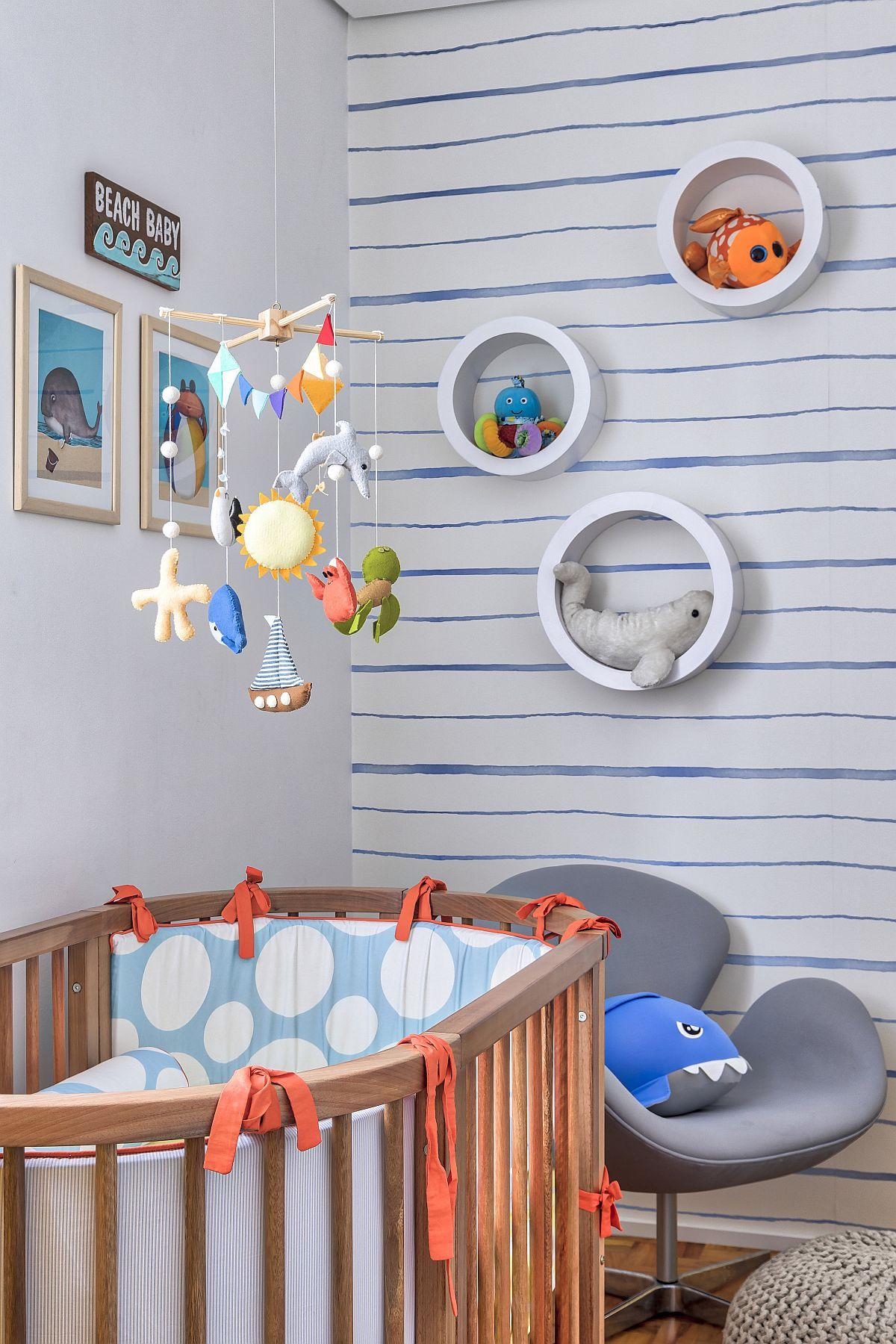 Cu decorațiuni mici se poate completa frumos tema de amenajare a unei camerei. Aici tablourile, jucăria suspendată, rafturile rotunde contează în atmosfera camerei copilului.
