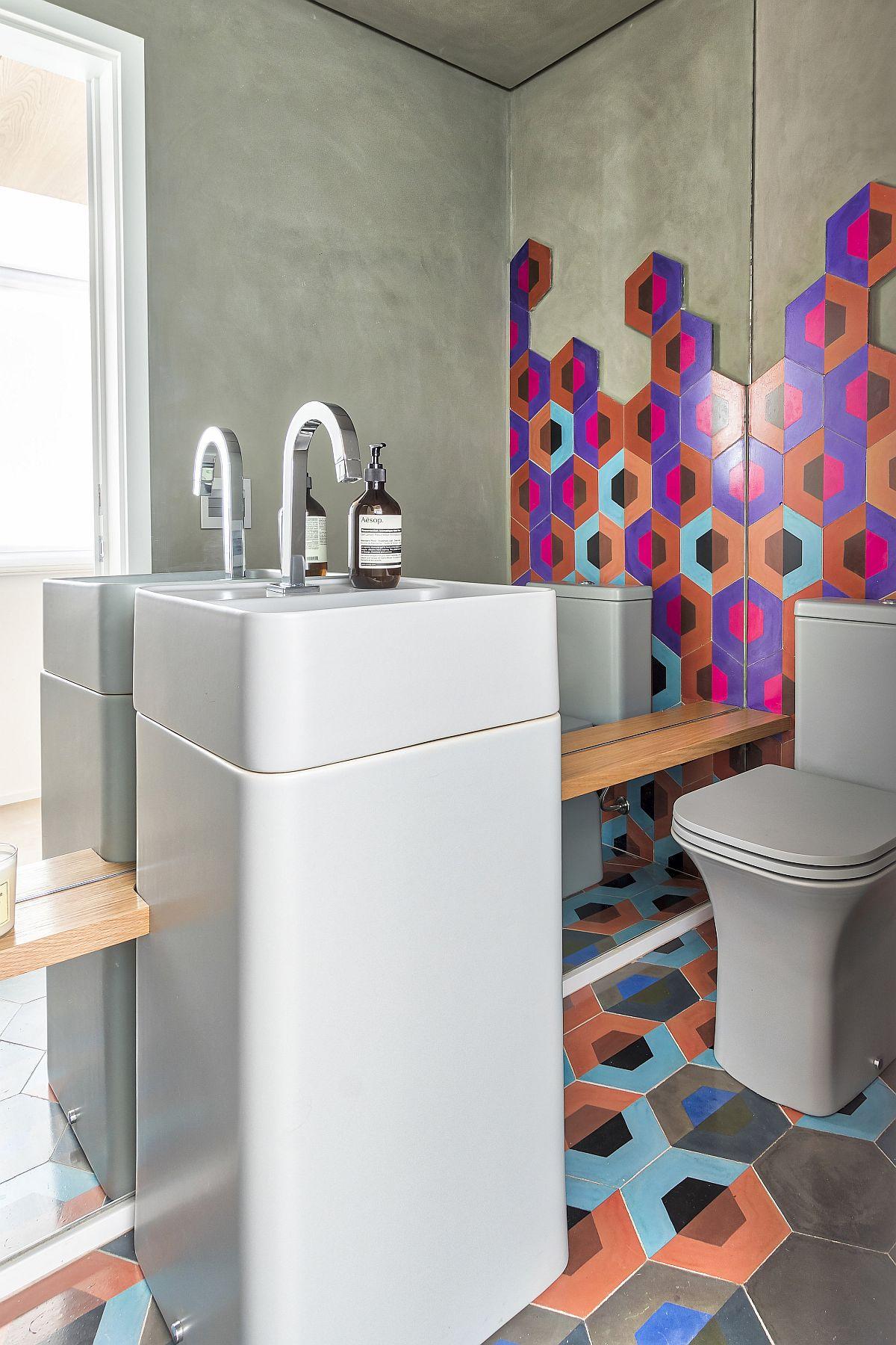 Baie de serviciu mică, dar care se dorește de impact pentru că este cel mai des folosită de către oaspeți? Da, poate fi fără duș, doar cu lavoar și vas de toaletă, adică grup sanitar de serviciu, unde suprafața oglinzilor să fie mare pentru a da impresia de mai mult spațiu. Aici arhitectelele au ales un lavoar cu un design mai special și au adăugat personalizare prin plăcile decorative care sunt fixate și pe pereți. Depozitare? Pe un raft îngust ce încadrează lavoarul.