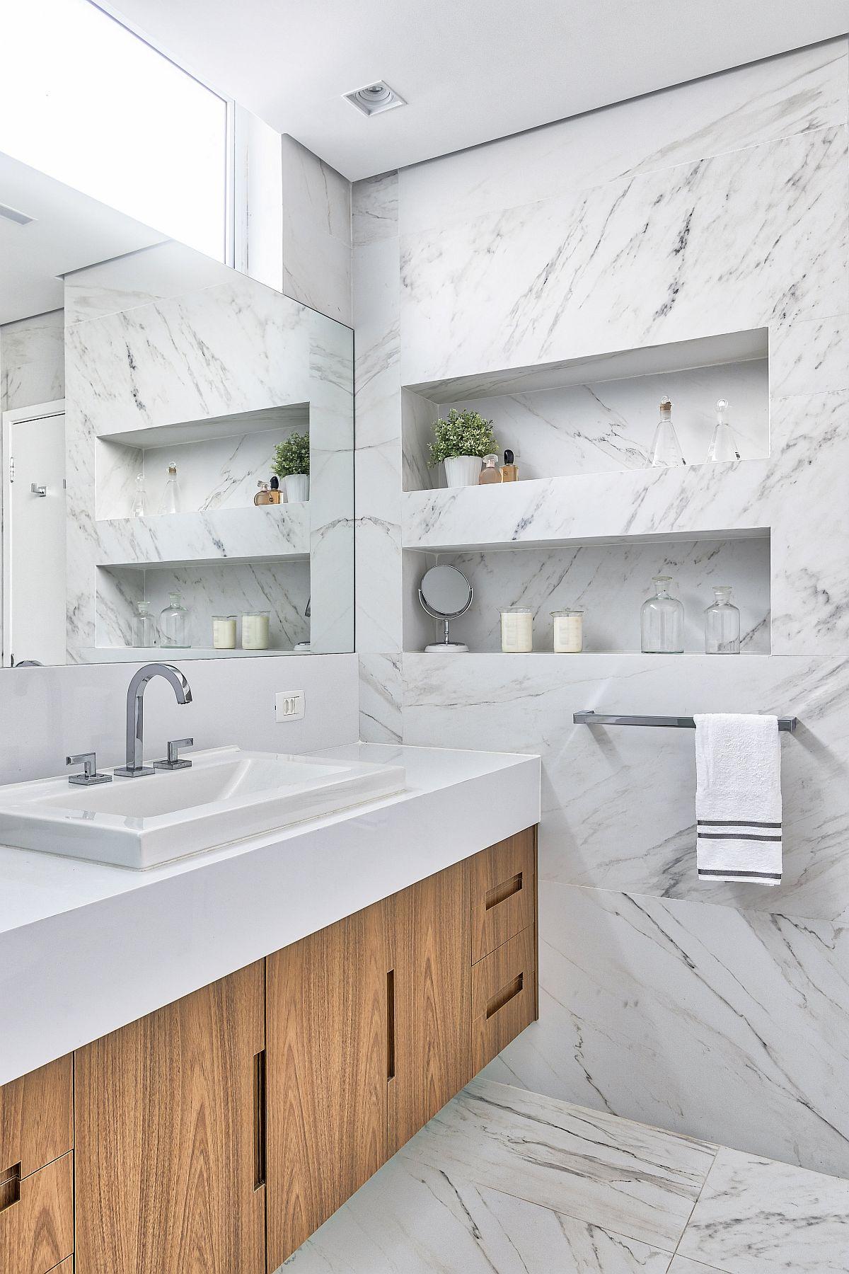 Mobila din baie este suspendată pentru ca sub ea să fie loc pentru cură are facilă. Ferestrele fiind la nivel superior, arhitectele au prevăzut ca sub ele oglinda să fie simplă, fără mobilă pentru a păstra vizibilitatea excelentă în oglindă. În loc de mobilier, au prevăzut în lateralul lavoarului nișe pentru produse sau obiecte care se doresc a fi la îndemână.