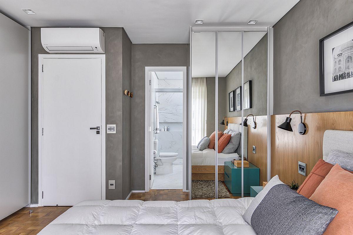 În urma recompartimentării una dintre cele trei băi din locuință a fost înblobată în spațiul dorimtorului. Fiecare zonă a fost exploatată la maximum pentru depozitare, astfel, pe lângă generosul dulap cu uși culisante din fața patului, tratat alb, un al doilea dulap cu fețele din oglinzi a fost prevăzut înainte de intrarea în baia dormitorului matrimonial.