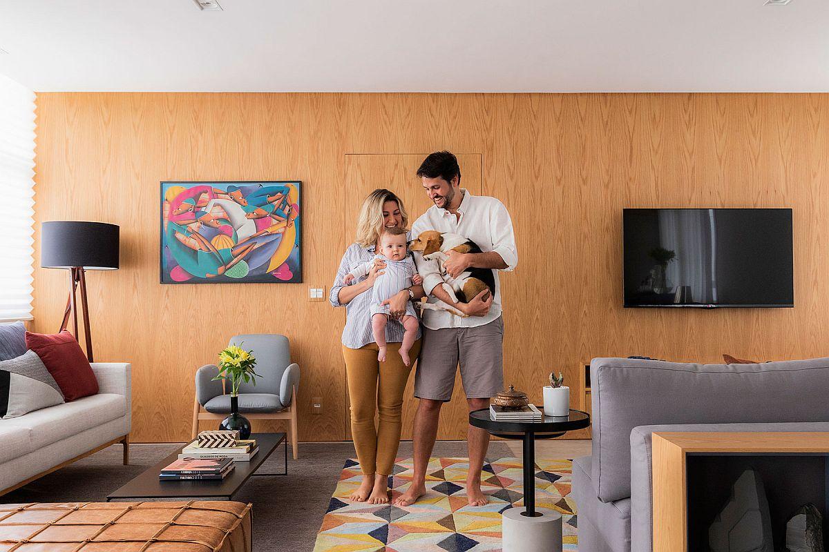 Bloggerul de călătorii Lala Rebelo și familia ei în locuința modernizată după proiectul biroului de arhitectură Doob Arquitetura.