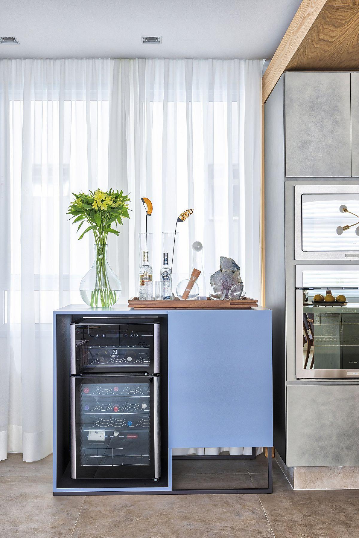 Corp de mobilier realizat pe comandă, după proiectul arhitectelor, pentru frigiderul dedicat vinurilor.