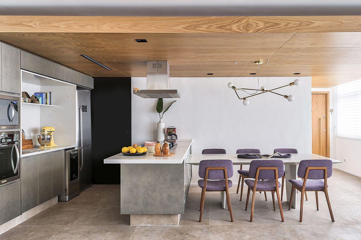 Intrarea în locuință se face pe un culoare care se deschide către primul spațiul funcțional și anume bucătăria. Locul de cuier și baia de serviciu sunt separate, cu uși interior care se deschid înspre holul de intrare.