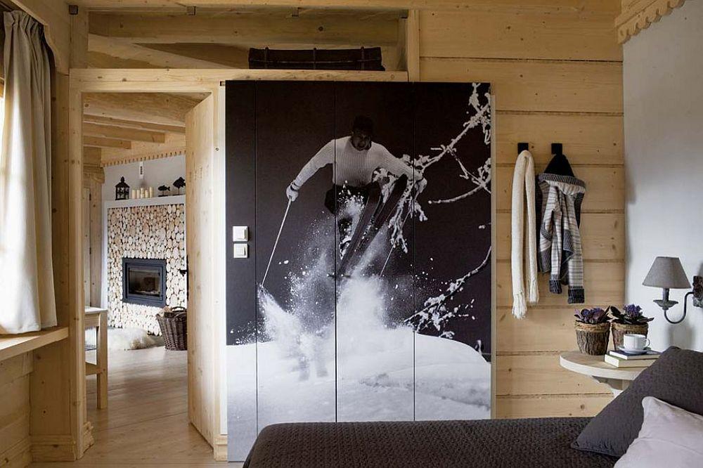 Dormitoarele matrimoniale sunt simple și cu accente neașteptate, cum ar fi fețele dulapurilor imprimate cu imagini alb-negru specifice sporturilor de iarnă.