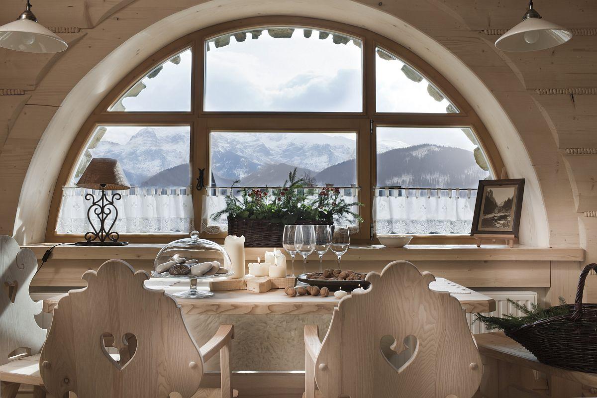 Față de arhitectura tradițională, proprietarii au schimbat un lucru important: dimensiunea și forma ferestrelor. De la interior, unde totul e cald și plăcut pe timp de iarnă se poate admira peisajul montan încremenit în zăpadă și gheață.